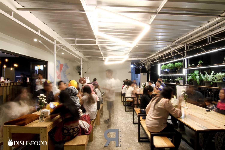A.go.go Café karya Erre Luce (Sumber: arsitag.com)
