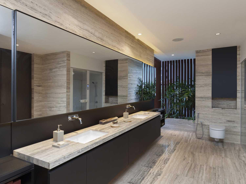 Desain kamar mandi minimalis dengan arsitektur tropis modern (Sumber: arsitag.com)