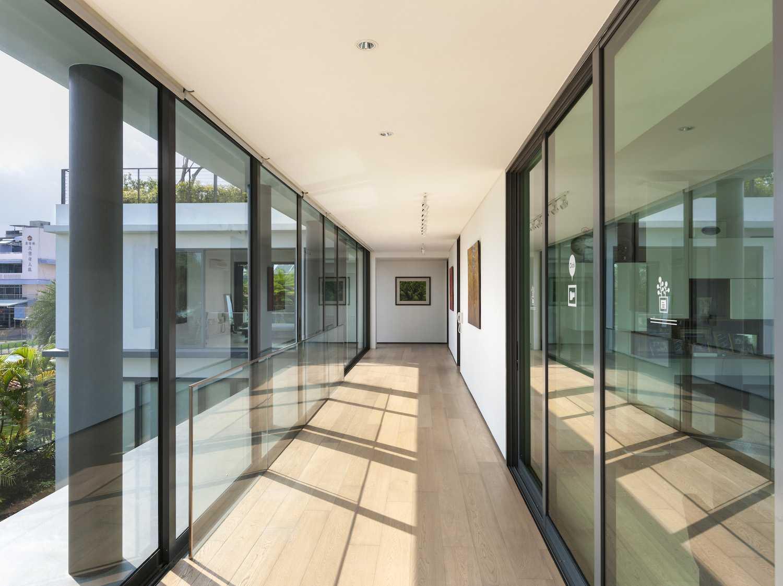 Cahaya matahari menyinari seluruh ruang, menyehatkan, dan menjadikan rumah tampil elegan (Sumber: arsitag.com)