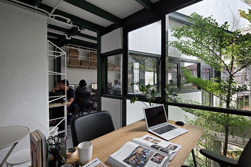 Kantor arsitek tiga lantai di Rumah Gerbong (Sumber: arsitag.com)