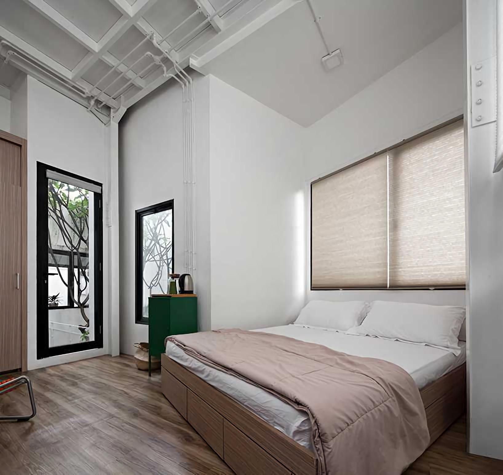 Evolusi kedua dilakukan tahun 2006 hingga 2007. Rumah diperluas dengan menggabungkan rumah tetangga agar mampu menampung 4 kamar tidur tambahan dan ruang pendukung lainnya.