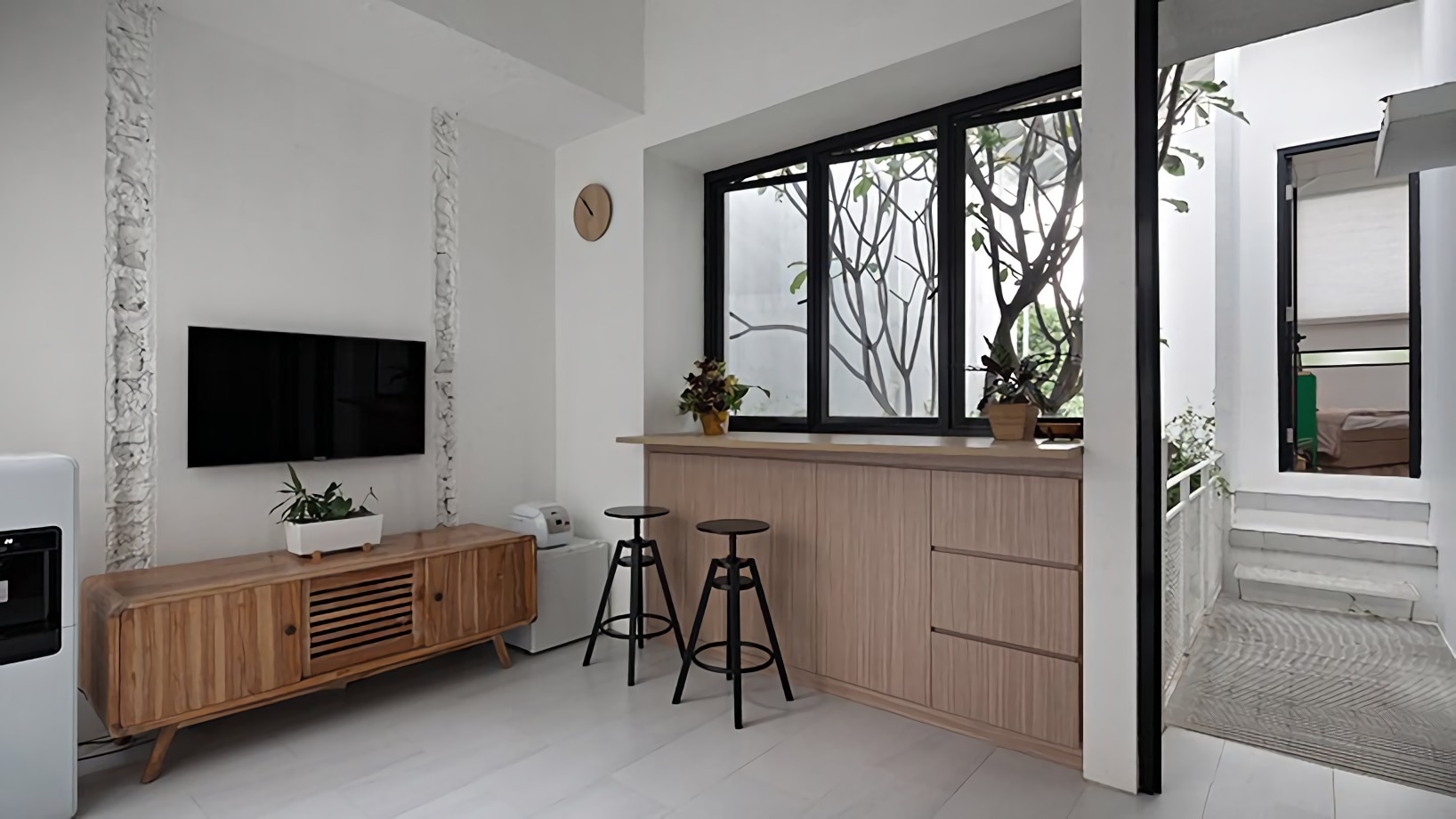 Tampilan minimalis modern dengan kursi stool bergaya industrial (Sumber: designboom.com)