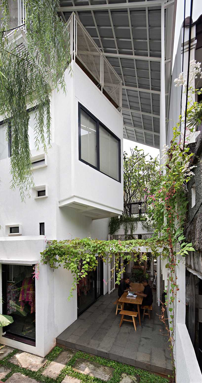 Kontras fungsi Rumah Gerbong sebagai area tempat tinggal dan bekerja diredam sempurna dengan adanya area sosial/interaksi. Empat kamar tidur, ruang keluarga, kamar mandi, ruang membaca, ruang ibadah, dan ruang servis berada di area tempat tinggal. Sedangkan, area kerja berupa kantor arsitek, butik dan perpustakaan kecil. Kedua area ini disatukan dengan baik oleh amphitheater kecil, dapur bersama, ruang tamu komunal, dan atap hijau sebagai area interaksi.