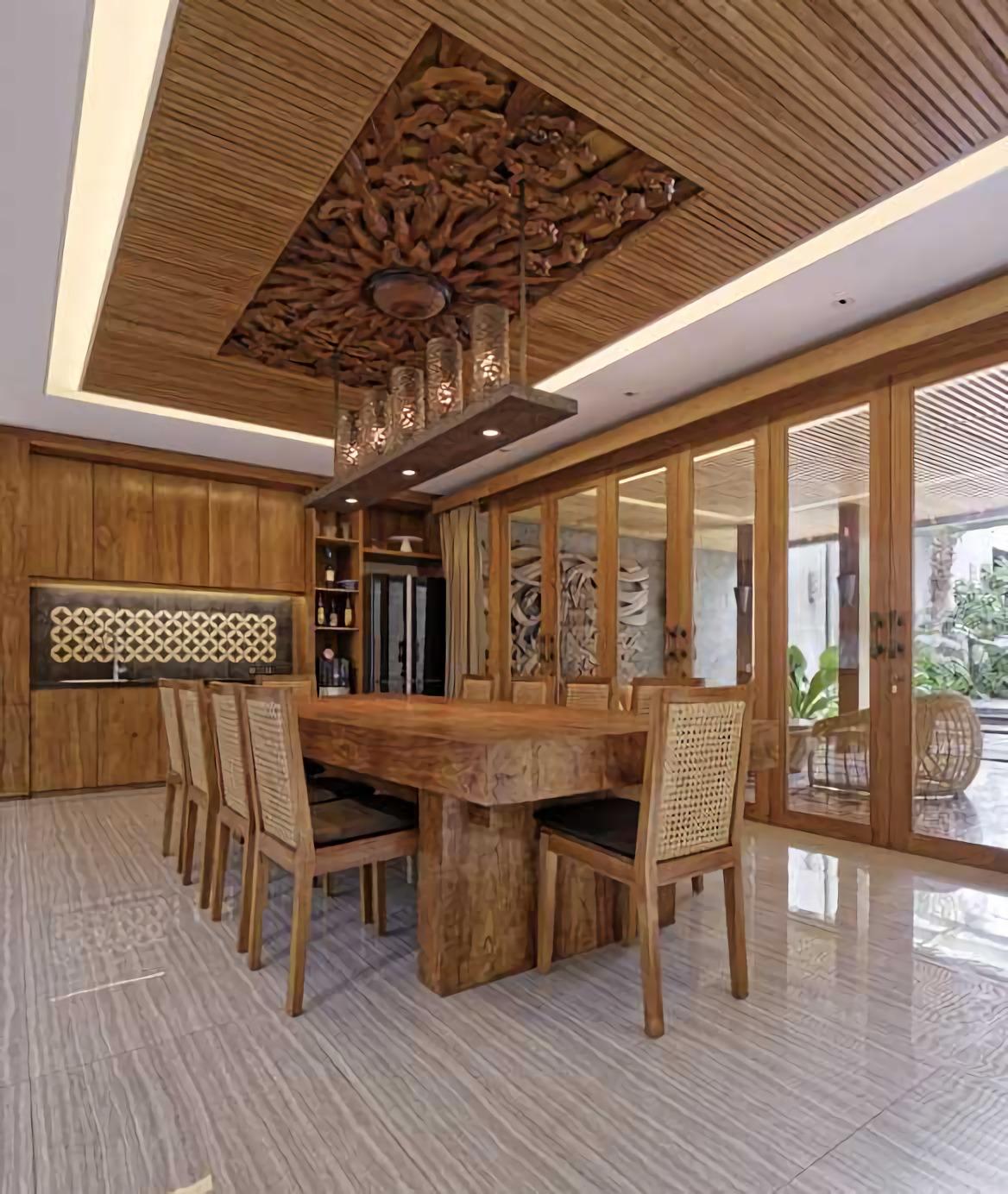 Omah Kawung dibangun di lahan seluas 1000 m2 di Jagakarsa, Jakarta Selatan dengan luas bangunan 650 m2. Sentuhan etnik tradisional pada gaya arsitektur rumah kontemporer, sudah terasa mulai tampilan eksterior-nya. Façade bangunan didominasi material alami kayu dan batu alam. Perpaduan unsur alam dengan material logam, seperti baja dan tembaga, menjadikan Omah Kawung hunian modern yang mempesona. Keindahan tampilan façadenya yang eksotik membuat rumah ini tampak seperti sebuah resort yang sangat nyaman.