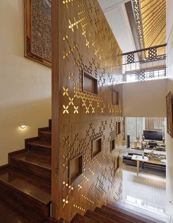 Kenyamanan sentuhan etnik tradisional sangat terasa di kamar tidur Omah Kawung. Plafon yang tersusun dari rangka kayu atap, kusen dan jalusi kayu, lantai kayu, serta perabotan kayu, berpadu serasi dalam memberikan kenyamanan alami di hunian modern ini.