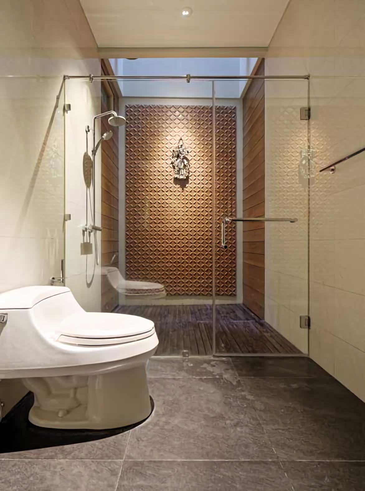 Kamar mandi dengan berbagai fixture modern tampil mempesona dengan dinding bermotif kawung sebagai focal point yang catchy. Kamar mandi shower didesain dengan atap terbuka, seolah-olah beratapkan langit, seperti masyarakat zaman dahulu mandi di bawah pancuran. Sebuah konsep yang masih bisa diterapkan di hunian modern, unik, dan tetap keren.
