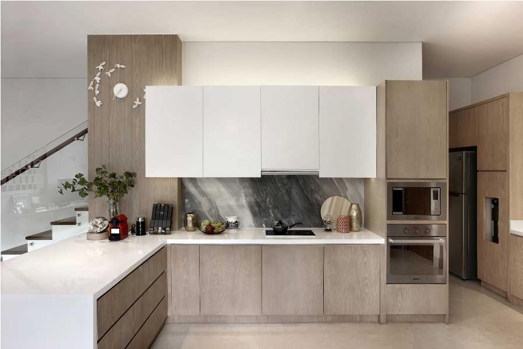 Dapur dengan warna putih dan coklat kayu yang simpel dan elegan (Sumber: arsitag.com)