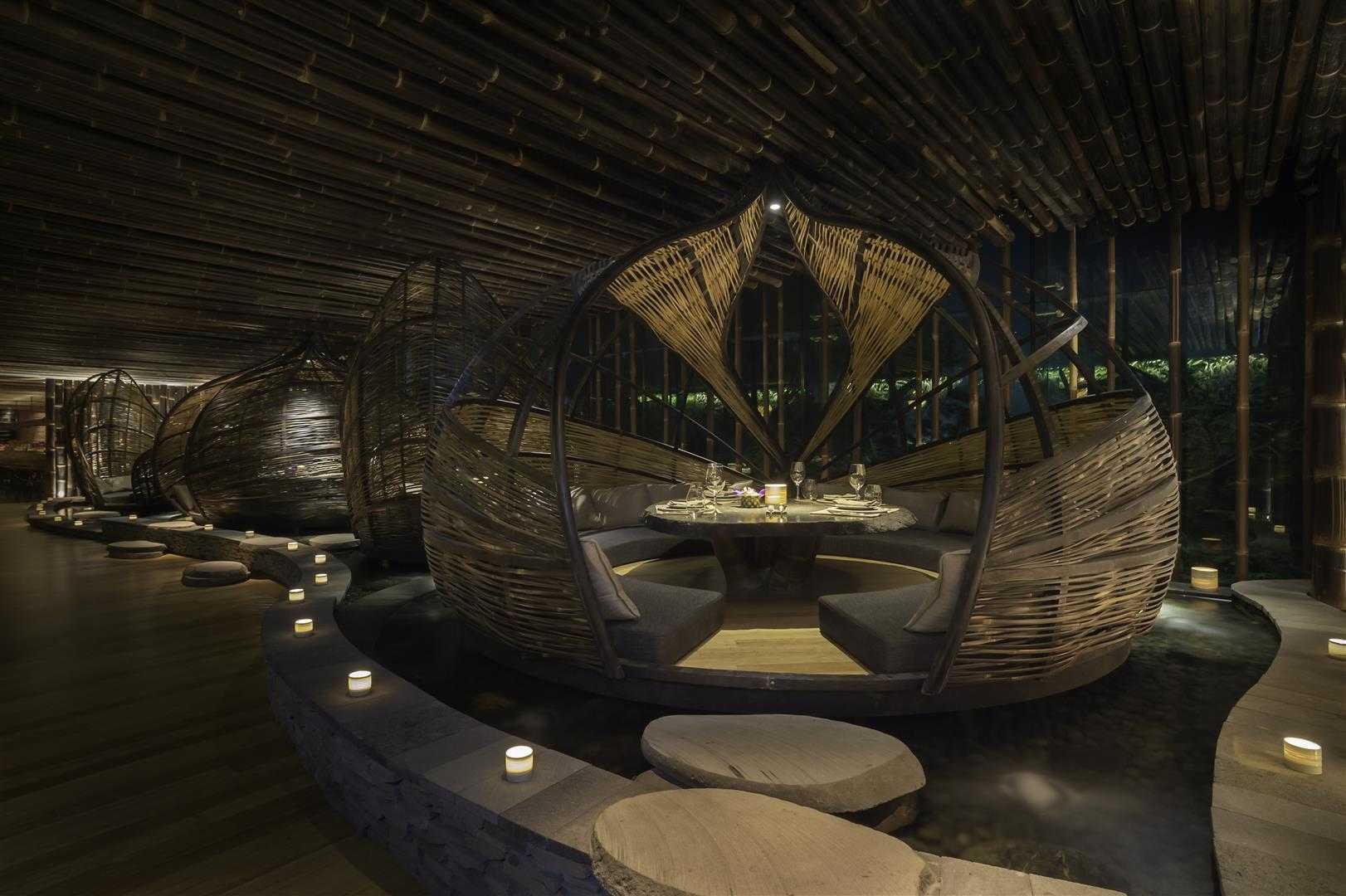 Ruang makan unik dari anyaman bambu di atas kolam (Sumber: arsitag.com)
