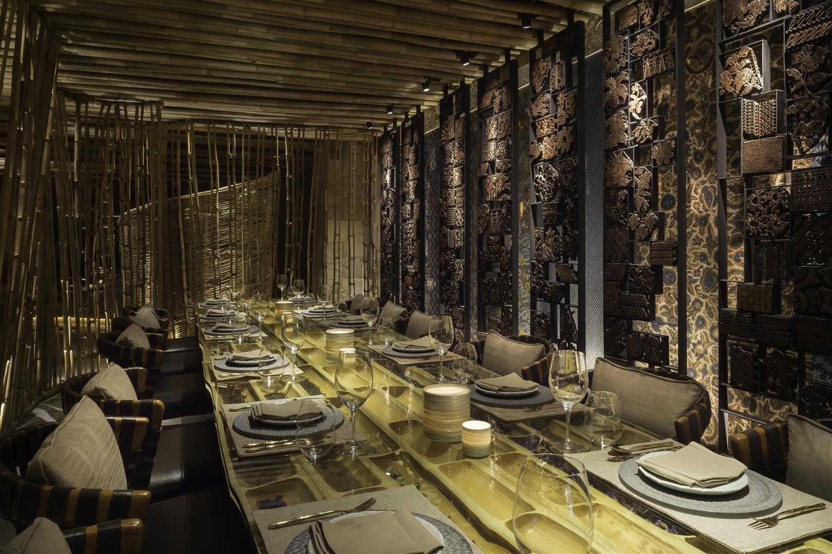 Desain interior ruang makan khusus dengan dominasi bambu (Sumber: arsitag.com)