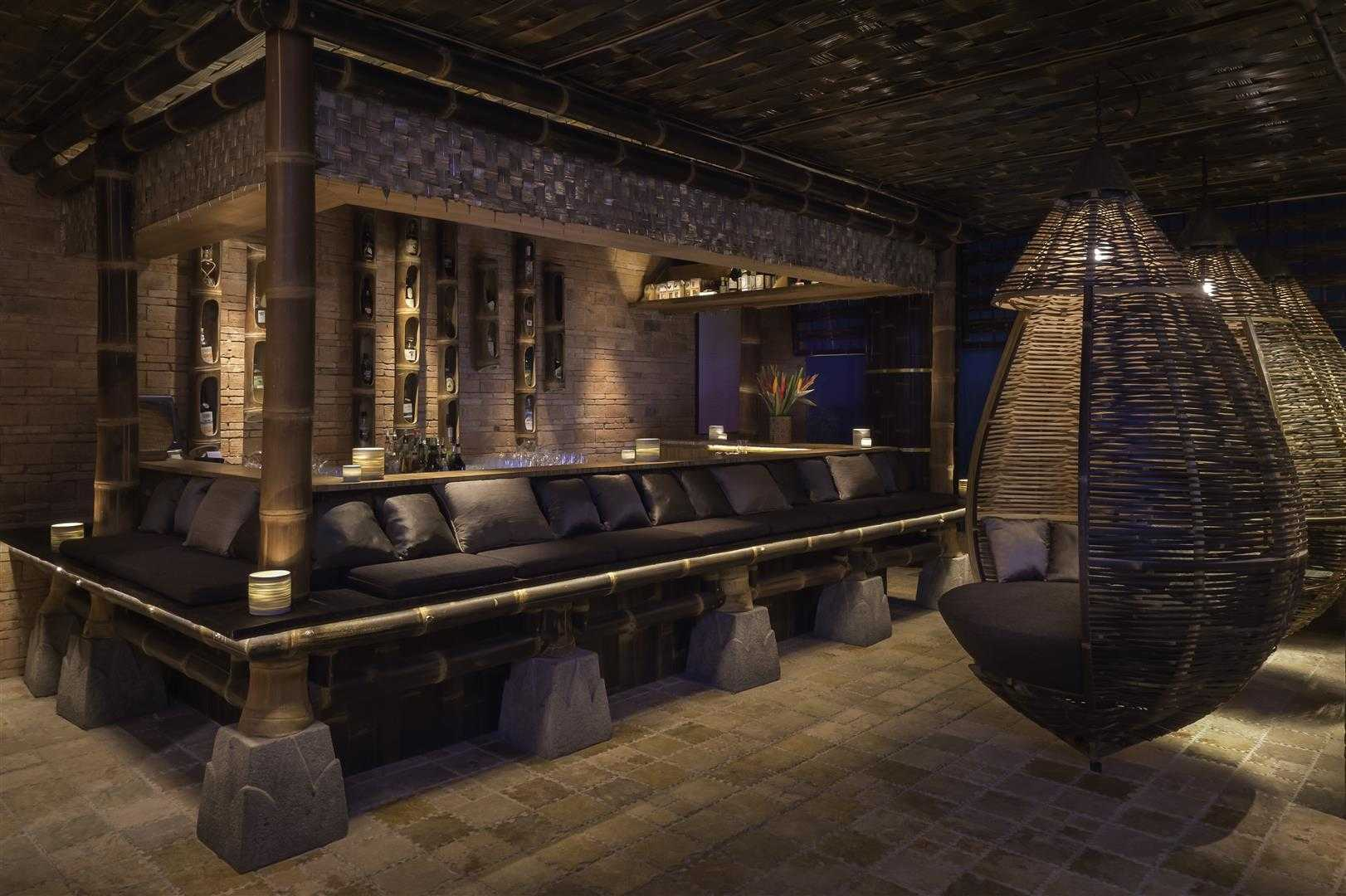 """Bamboo Bale Bar, bar unik yang terinspirasi dari """"Bale Bengong"""" merangkul eksotisme Bali (Sumber: arsitag.com)"""