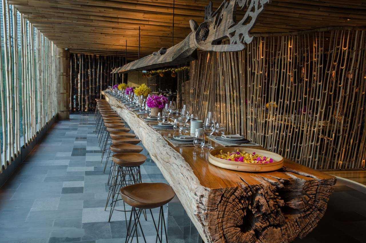 Meja makan unik dengan ekspos lapuk kayu jati, tanda keindahan proses tahan uji terpaan alam (Sumber: arsitag.com)