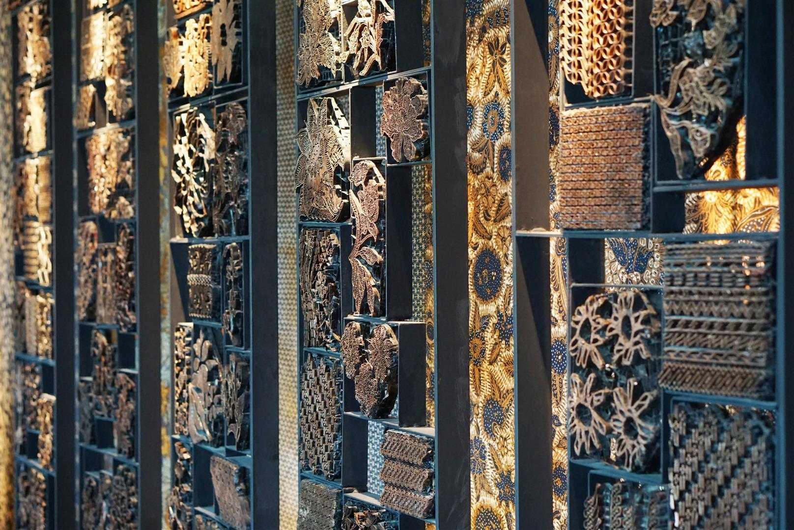 Keindahan motif abstrak bertema alam pada dinding interior ruang makan TRi (Sumber: arsitag.com)