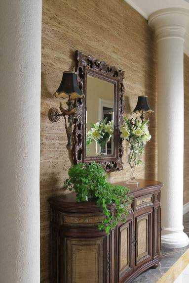 Sama seperti namanya, desainer rumah tinggal di kawasan Surabaya ini menerapkan desain klasik hampir di semua bagian rumahnya. Untuk meja foyer, sang desainer menggunakan bahan kayu berukir dan sebuah cermin senada untuk kesan klasik yang elegan dan tak lekang oleh waktu.