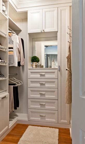 Jika Anda kamar Anda tak cukup luas dan tidak ada loteng yang bisa dimanfaatkan, maka saatnya menciptakan kreasi dengan walk in closet mini. Tampat yang kecil sama sekali tidak akan menjadi masalah jika Anda mampu mengaturnya dengan baik, apalagi jika dilengkapi dengan deretan laci nan cantik ini.