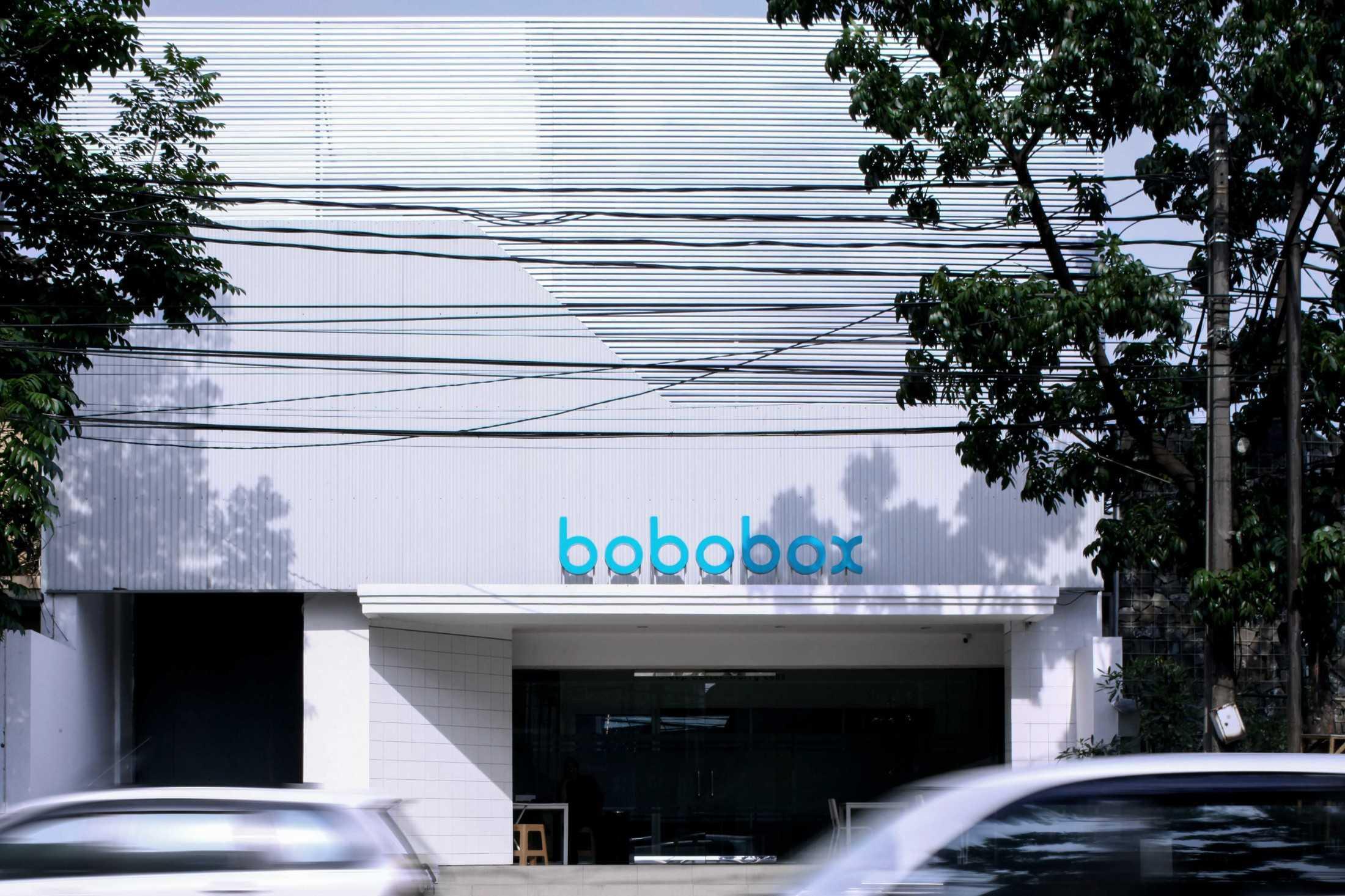 Eksterior Bobobox, simpel dengan warna serba putih, mencerminkan kebersihan di dalamnya (Sumber: arsitag.com)