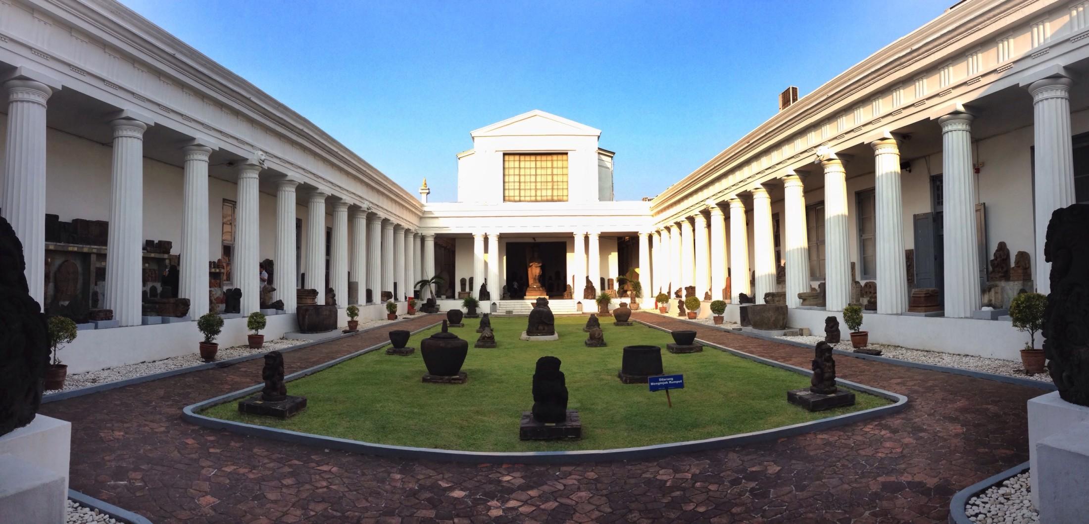 Museum Nasional (Sumber: jalanjalantok.wordpress.com)
