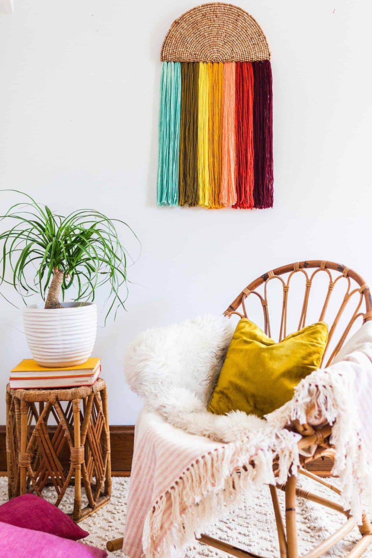 Anda memiliki benang wol yang tidak terpakai di rumah? Mengapa tidak mengubahnya menjadi sebuah dekorasi dinding sederhana yang cantik seperti pada gambar di atas. Bila tidak ingin repot, Anda bisa menggantung benang wol dalam urutan warna yang membentuk warna pelangi seperti pada gambar berikut: