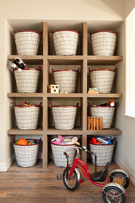 Bersihkan secara bertahap, ruangan demi ruangan, mulai dari atas hingga bawah. Pisahkan antara barang yang masih terpakai, barang yang akan disumbangkan, dan barang yang akan dibuang.     Jangan tinggalkan barang yang tidak Anda pergunakan sehari-hari di atas meja. Simpan barang-barang tersebut dalam kotak penyimpanan berdasarkan jenis dan tipenya, untuk memudahkan Anda nantinya.