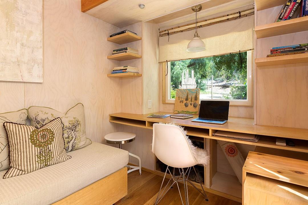 Pemanfaatan area di bawah jendela sebagai ruang kerja mini (Sumber: solhausdesign.com)