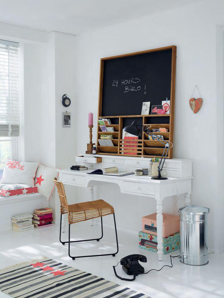 Bulletin Board di atas Meja Kerja