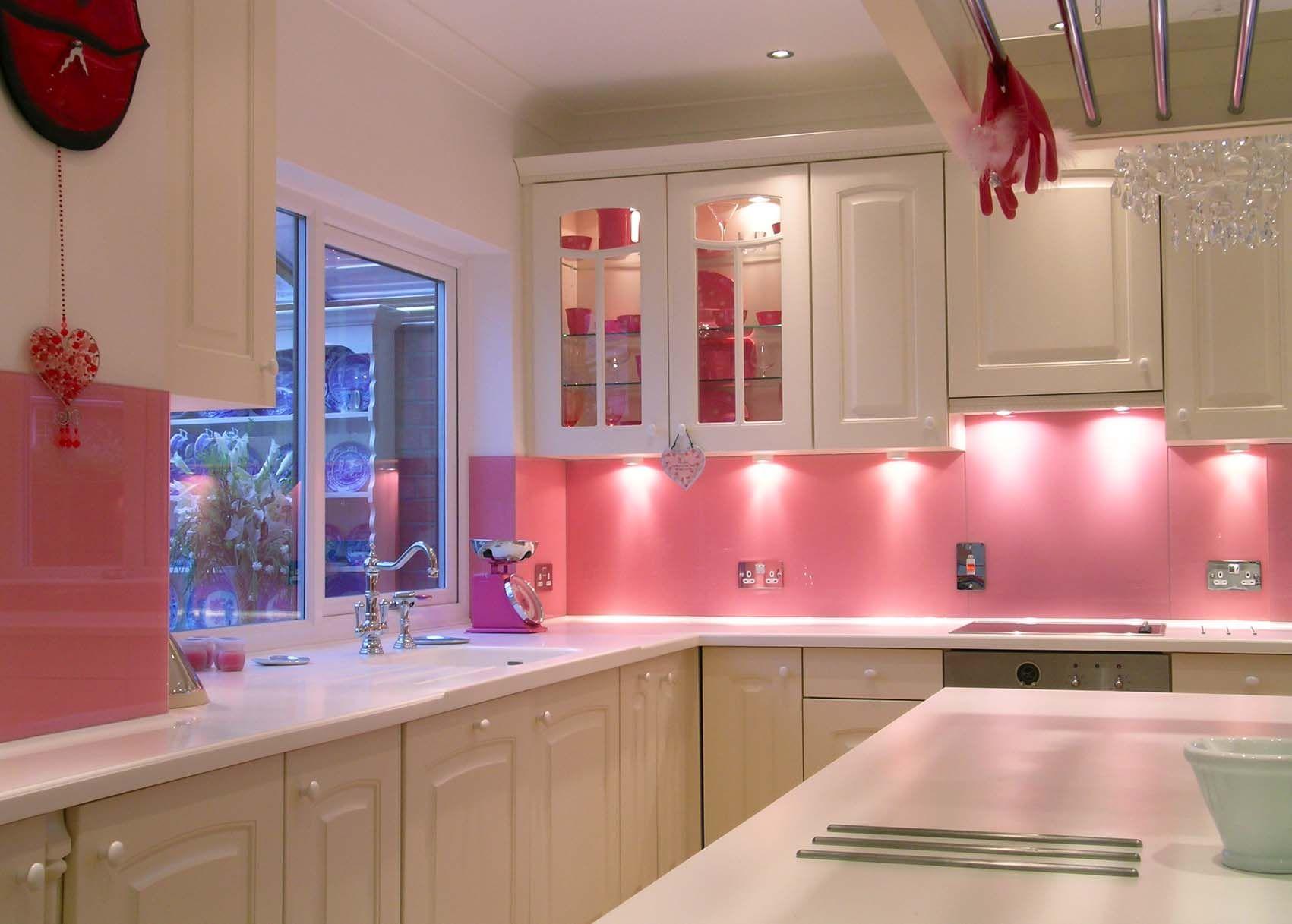 Dapur dengan Paduan Pink dan Putih