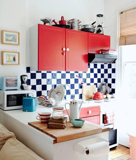 Dapur dengan Kabinet Merah Cerah