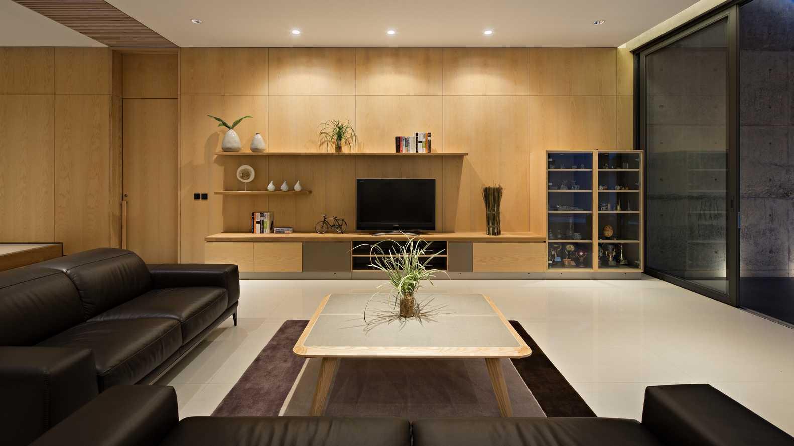 Rak TV minimalis di ruang keluarga minimalis yang nyaman (Sumber: arsitag.com)