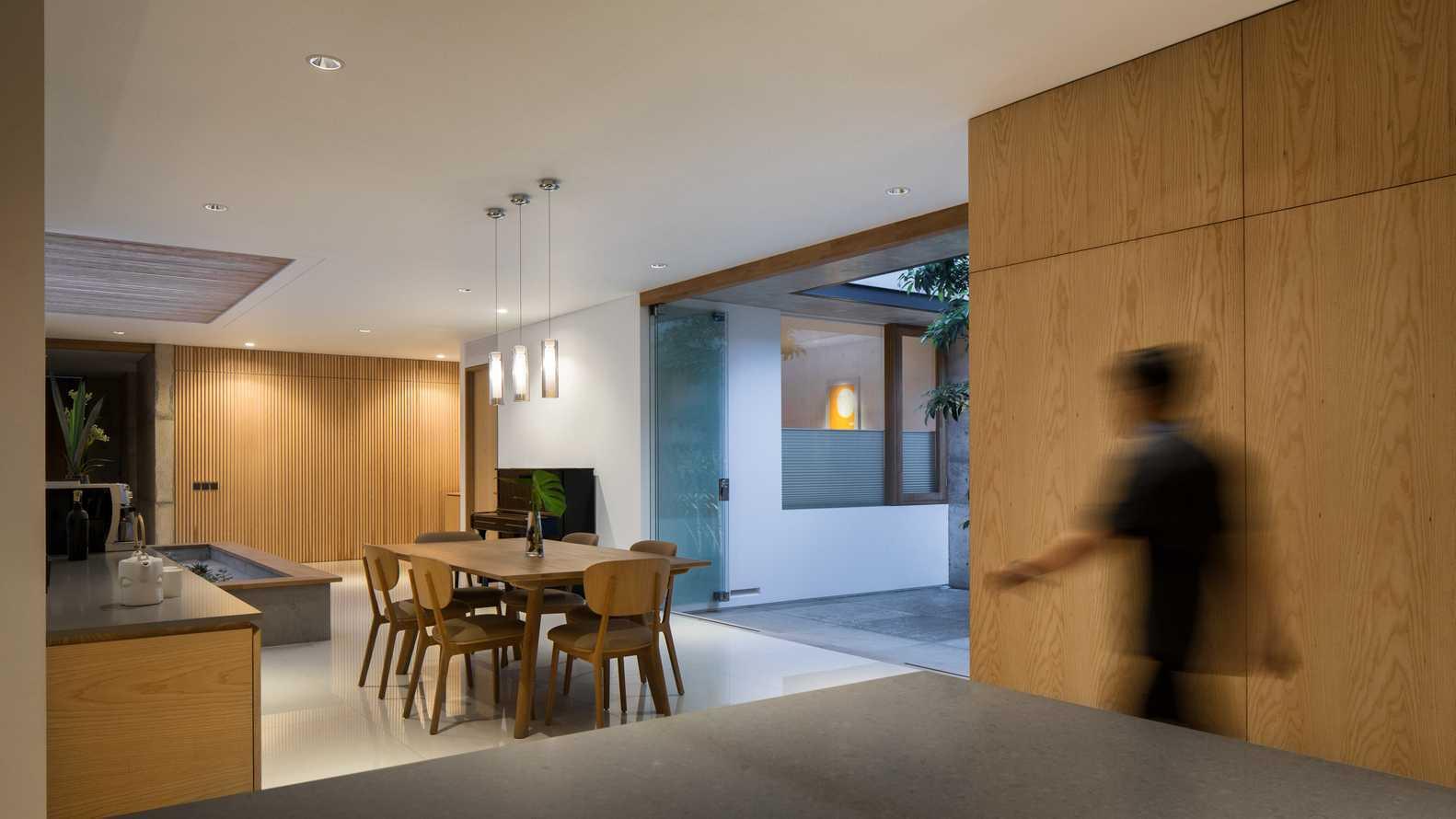 Ruang makan dengan konsep semi-outdoor (Sumber: arsitag.com)