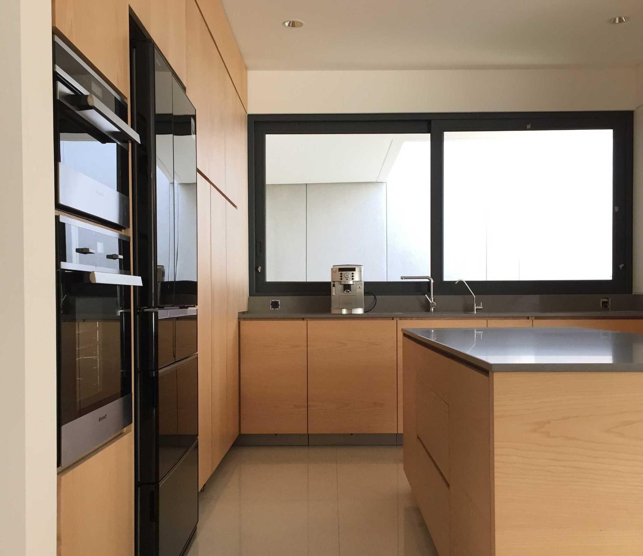 Sebuah desain minimalis dapat diakui berhasil menunjukkan jati diri gayanya jika berhasil memanfaatkan setiap elemen dalam ruang berfungsi dengan optimal. Dapur minimalis dengan clean lookmenciptakan kesan bersih dan elegan. Garis-garis vertikal yang terbentuk dengan sendirinya sebagai pembatas antar kabinet, menjadi penegas gaya minimalis.