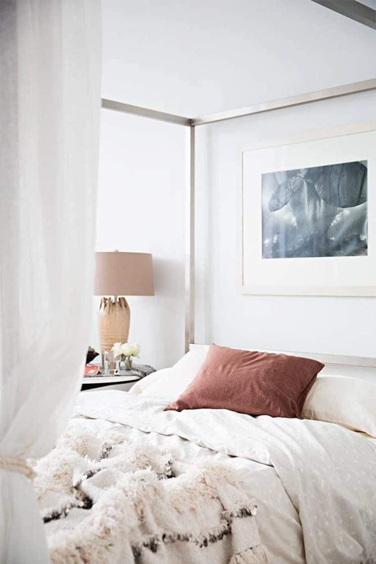 Kamar Tidur Cantik dengan Kanopi