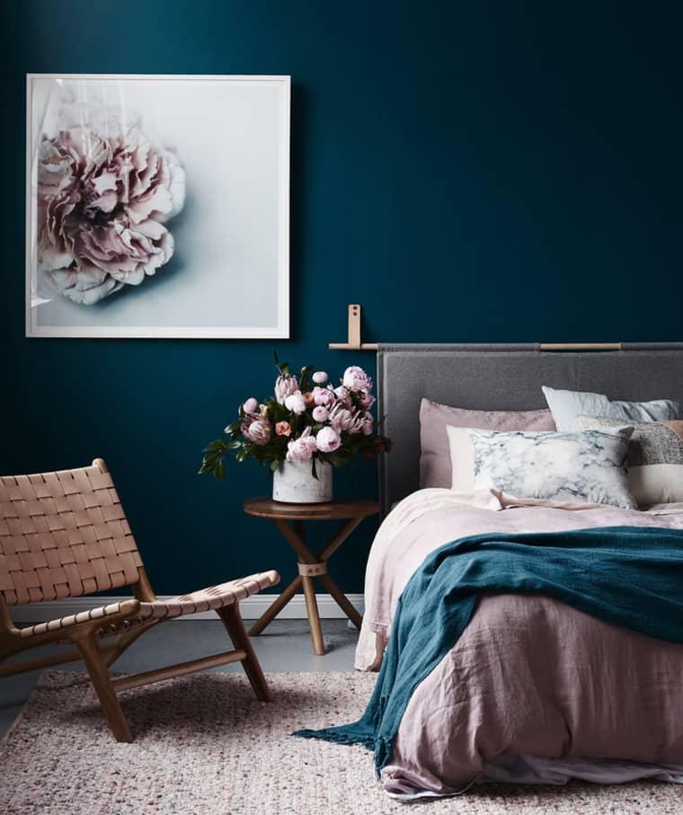 Kamar Tidur dengan Dinding Gelap dan Dusty Pink