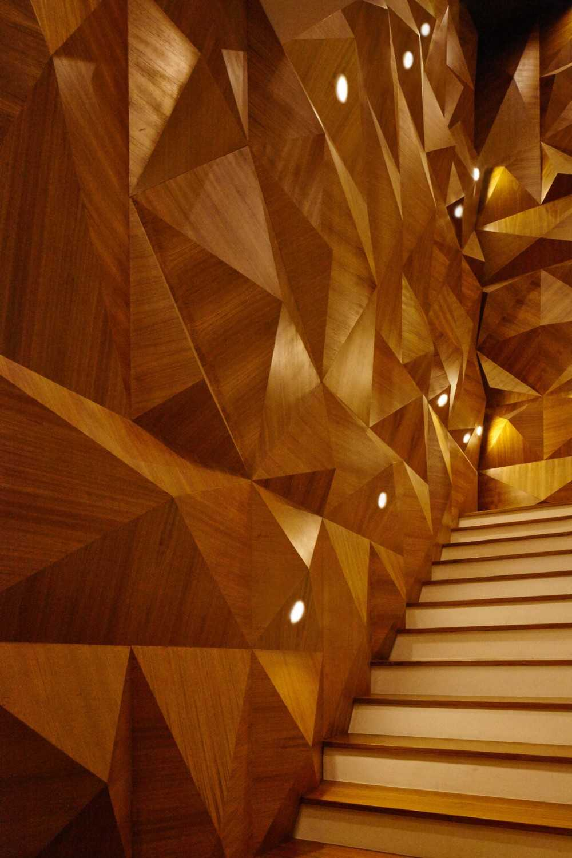 Tangga menjadi point of interest dengan dinding kayu bentuk limas segiempat dan limas segitiga. Pantulan cahaya memancarkan bentuk tiga dimensi ini menjadi semakin indah dan tampak elegan.