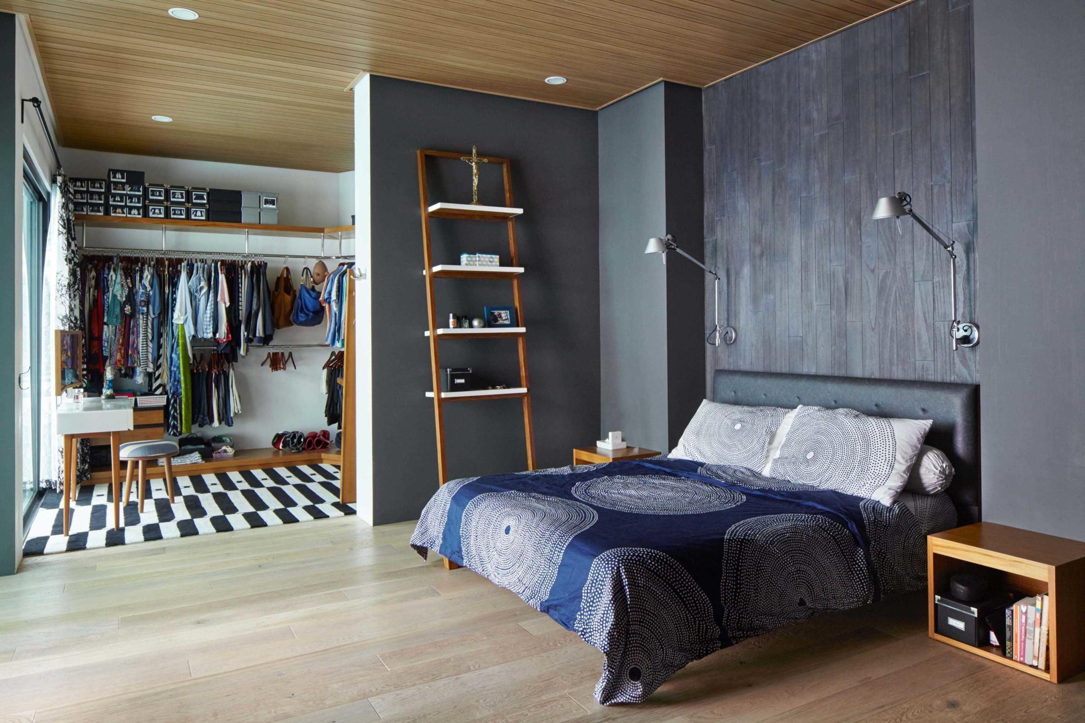 Lantai kayu dan plafon kayu memperkuat kesan penyatuan dengan alam dan memberi kenyamanan (Sumber: arsitag.com)