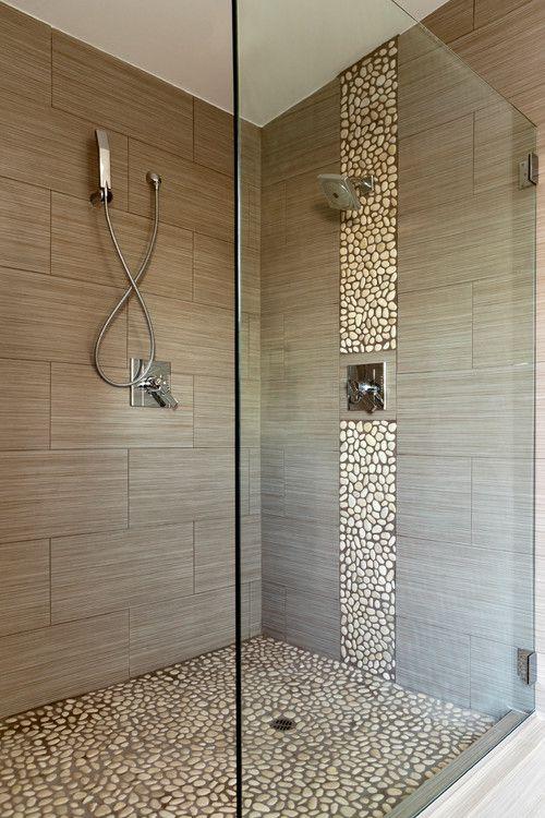 Walk-in Shower dengan Lantai Bercorak Kerikil