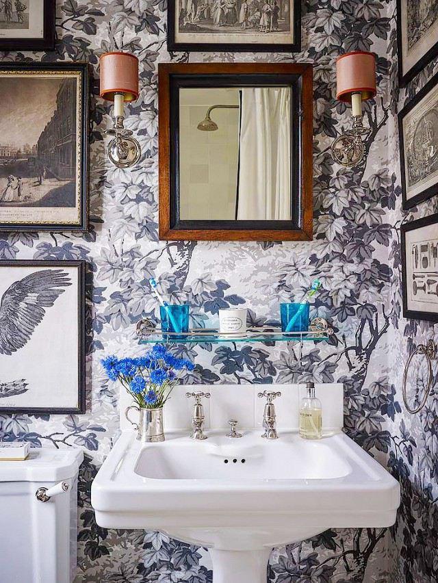 Kamar Mandi dengan Wallpaper Cantik