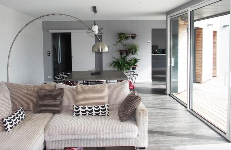 Penggunaan wall-mounted pots untuk tanaman dalam rumah (Sumber: architk.com)