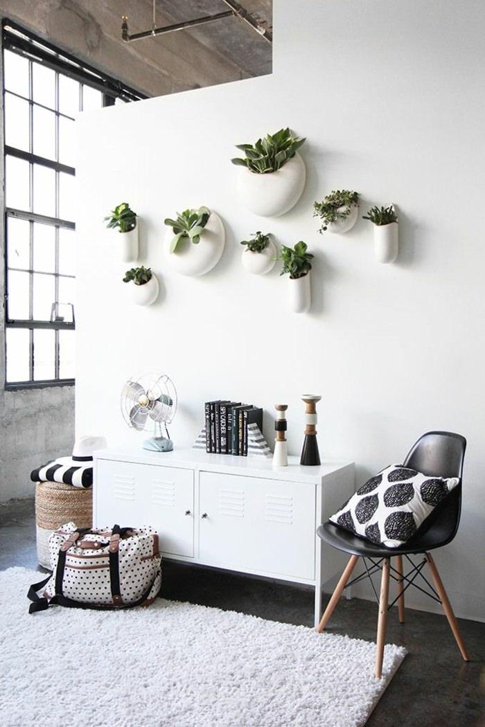 Alih-alih memajang lukisan, Anda bisa memasang wall-mounted pots pada dinding rumah Anda. Secara instan, tanaman dalam rumah tersebut akan menjadi bagian dekorasi dinding rumah.