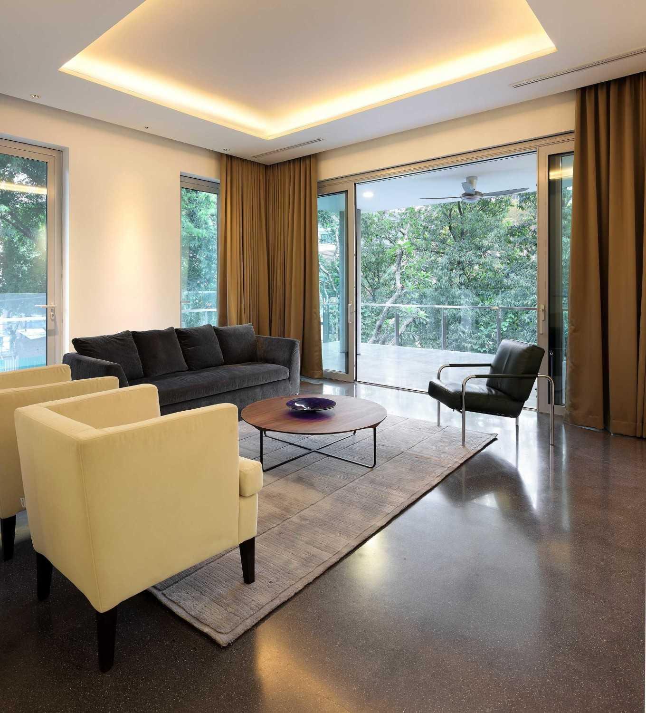 3. Plafon Putih dengan Pencahayaan yang Menawan