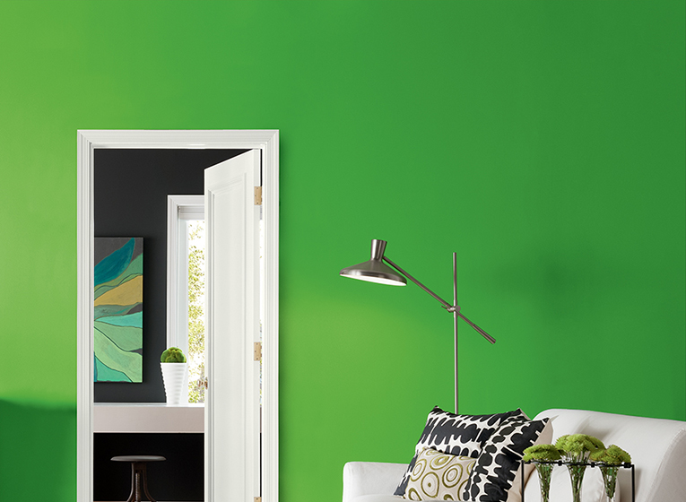 Warna dinding sangat berperan menciptakan focal point yang catchy untuk ruang tamu yang memukau (Sumber: thepaintstudio.com)