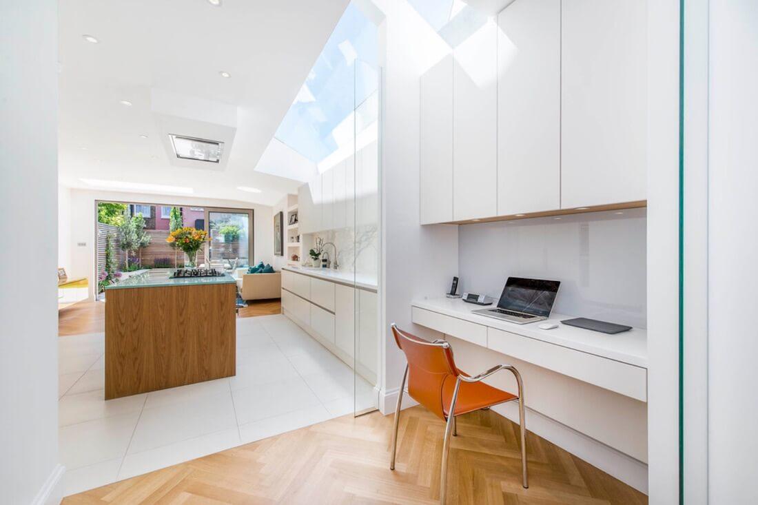 Area kerja yang berada tepat di samping dapur (Sumber: catocreative.com)