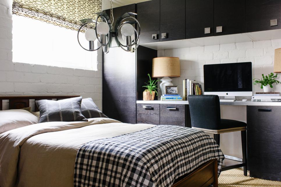 Ruang kerja yang berada dalam kamar tidur (Sumber: hgtv.com)