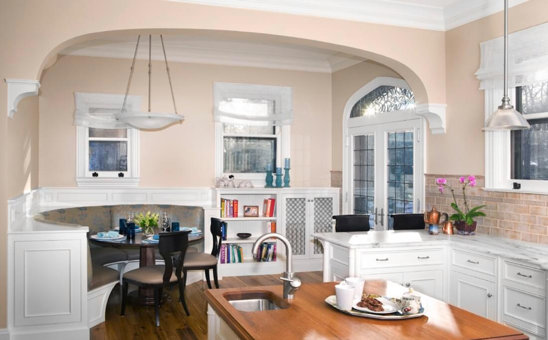 Pojok dapur dapat difungsikan sebagai meja makan (Sumber: robinmuto.com)