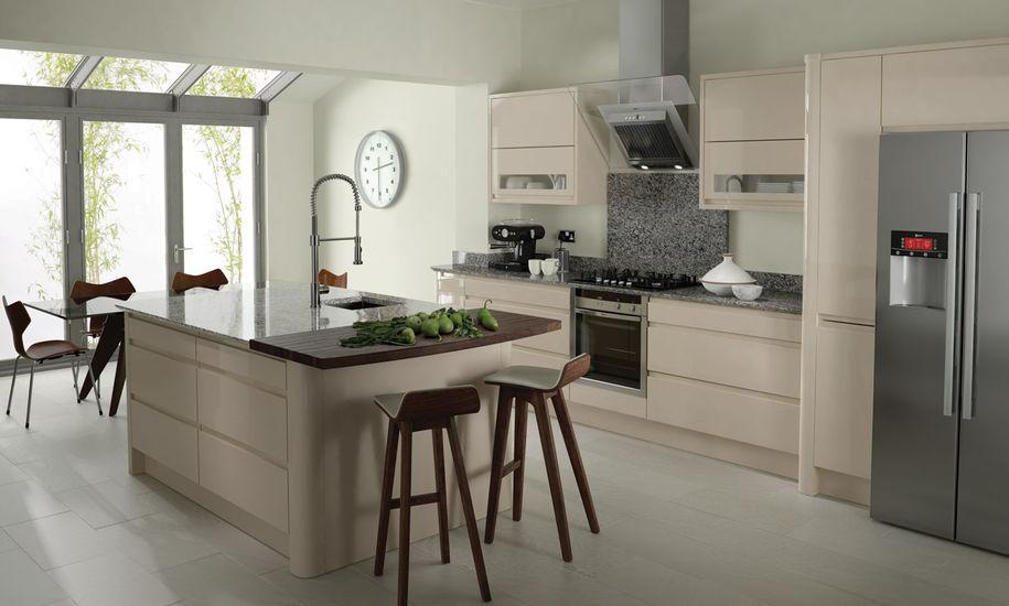Dapur dan ruang makan yang berpadu cantik dalam warna beige (Sumber: elitekitchen.co.uk)