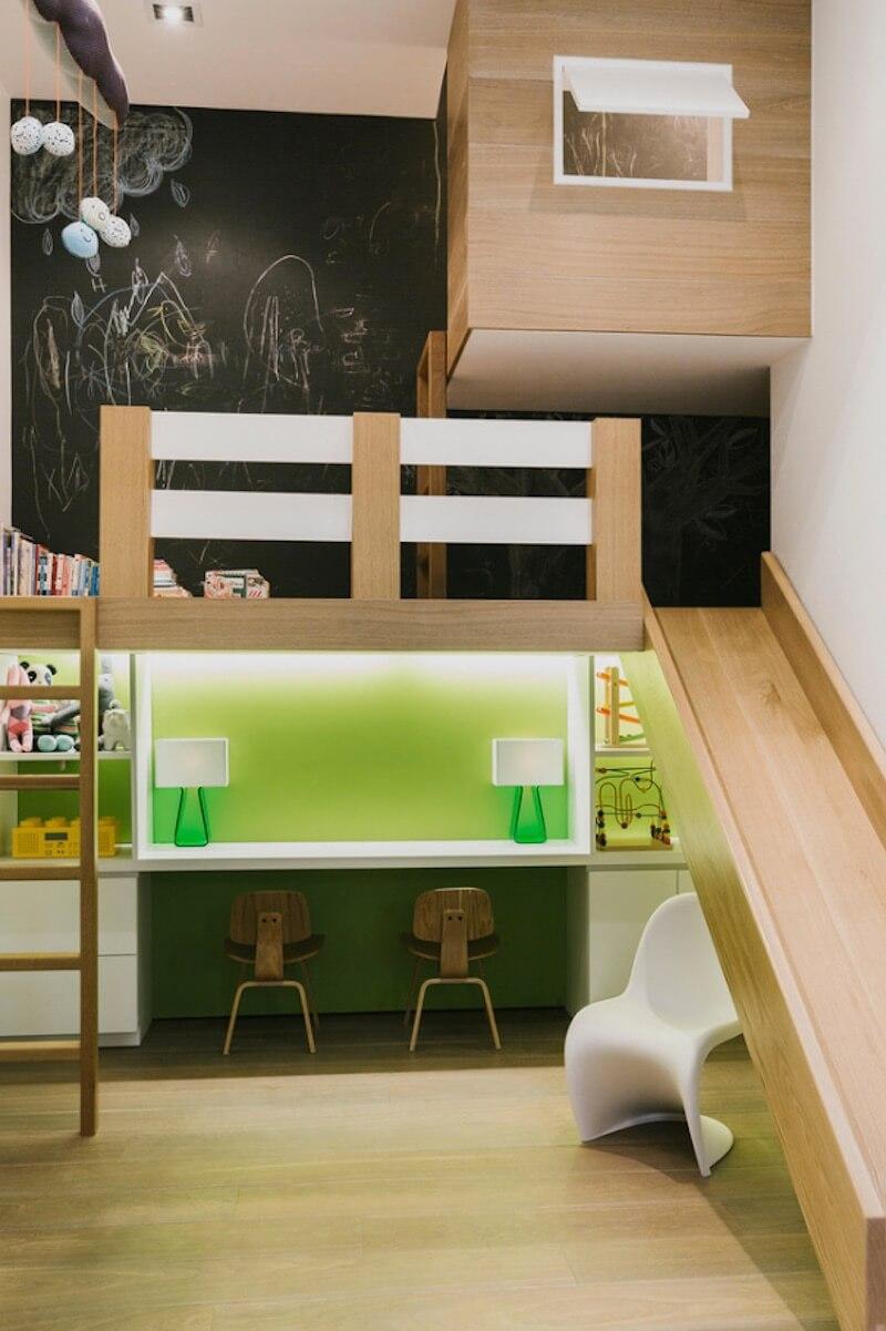 Ruang multifungsi seperti ini memungkinkan Anak untuk dapat tetap beraktivitas, bermain, dan belajar di dalam rumah kapanpun mereka mau, tanpa dibatasi oleh waktu dan cuaca.