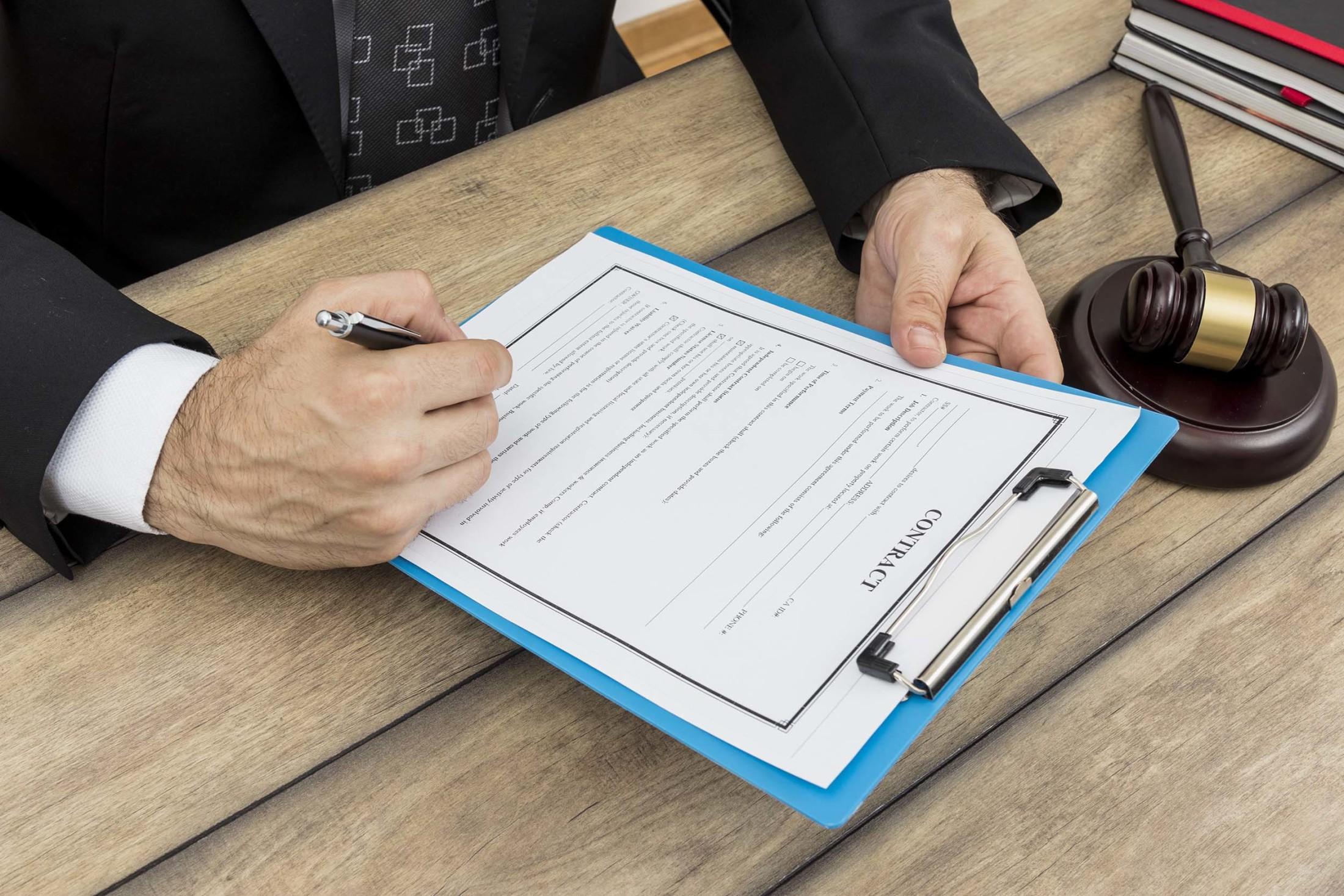 Dalam dokumen ini, Anda seharusnya bisa tahu apa saja yang menjadi hak dan kewajiban Anda dengan mendetail. Sebagai contoh: klien berhak meminta arsitek untuk merevisi desainnya bila belum sesuai dengan kemauannya. Akan tetapi, berapa kali klien bisa meminta revisi? Surat Perjanjian Kerja yang baik akan mengatur berapa kali klien bisa meminta revisi, baik itu revisi besar atau revisi kecil, sehingga tidak bisa semena-mena. Contoh lainnya, kontraktor berkewajiban membangun rumah dengan menggunakan spesifikasi yang disepakati, sehingga bila di kemudian hari owner mendapati spesifikasi material rumahnya tidak sesuai kontrak, owner berhak meminta perombakan ulang.