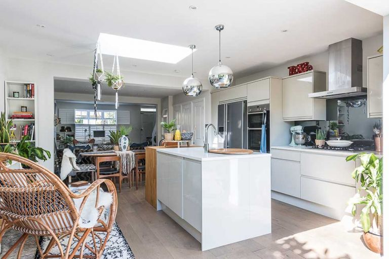 Menghilangkan Dinding Pembatas Ruang Makan dengan Dapur