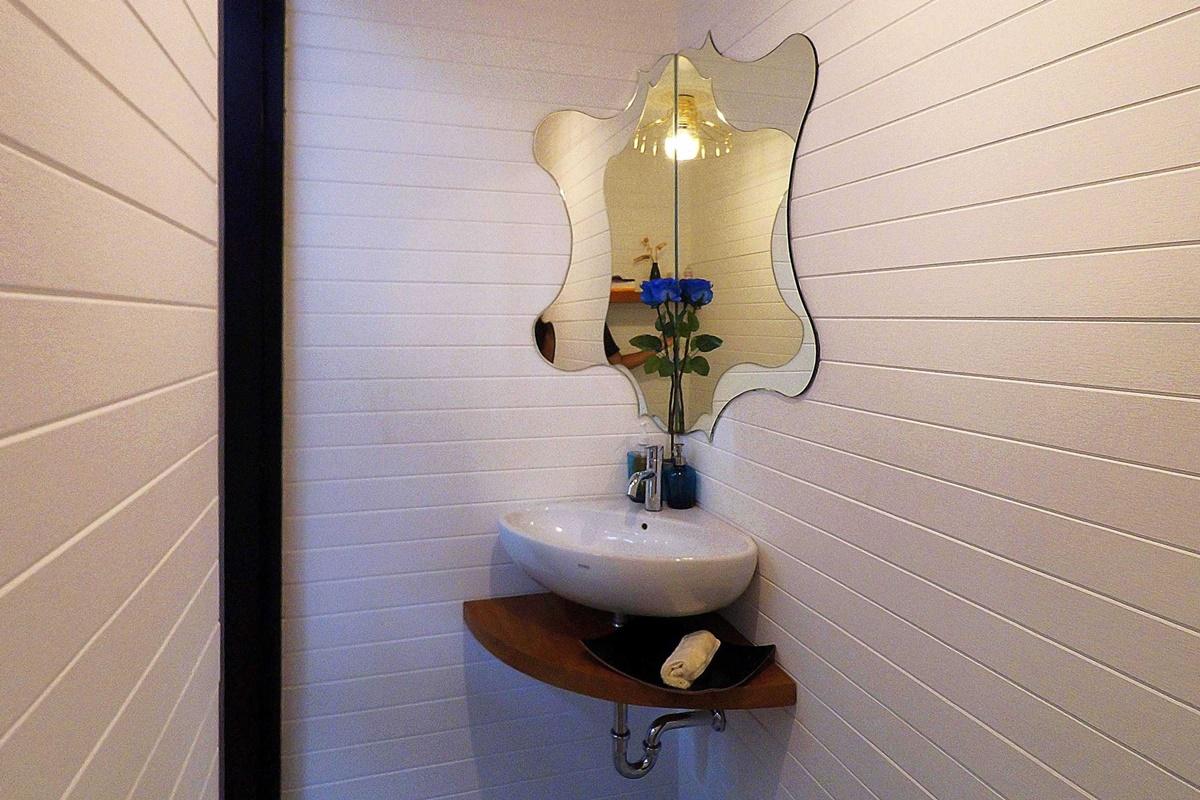 6. Cermin Bentuk Unik Di Wastafel Kamar Mandi