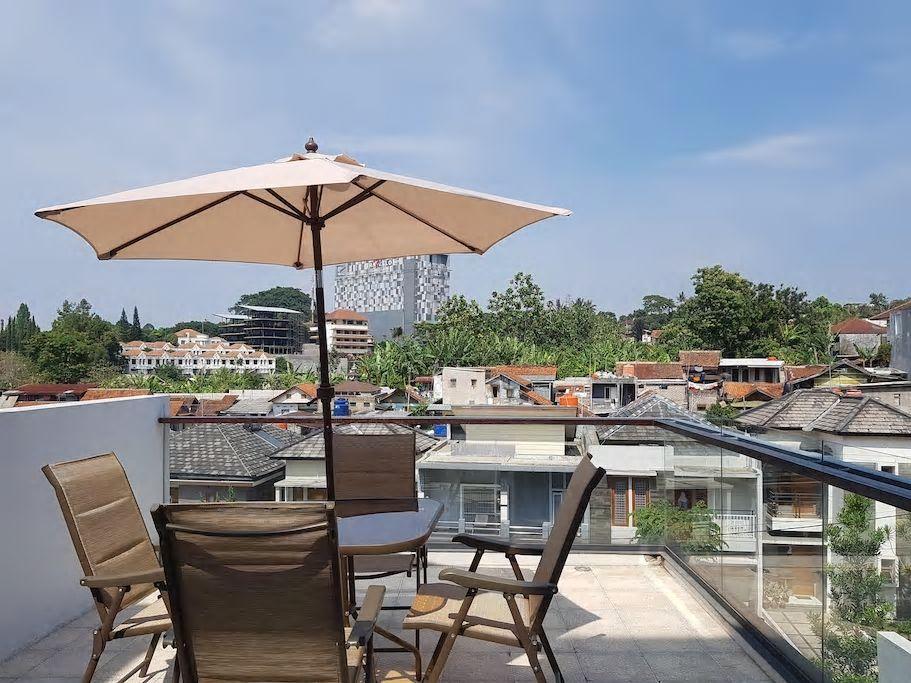 Balkon minimalis yang nyaman di rumah minimalis (Sumber: airbnb.com)