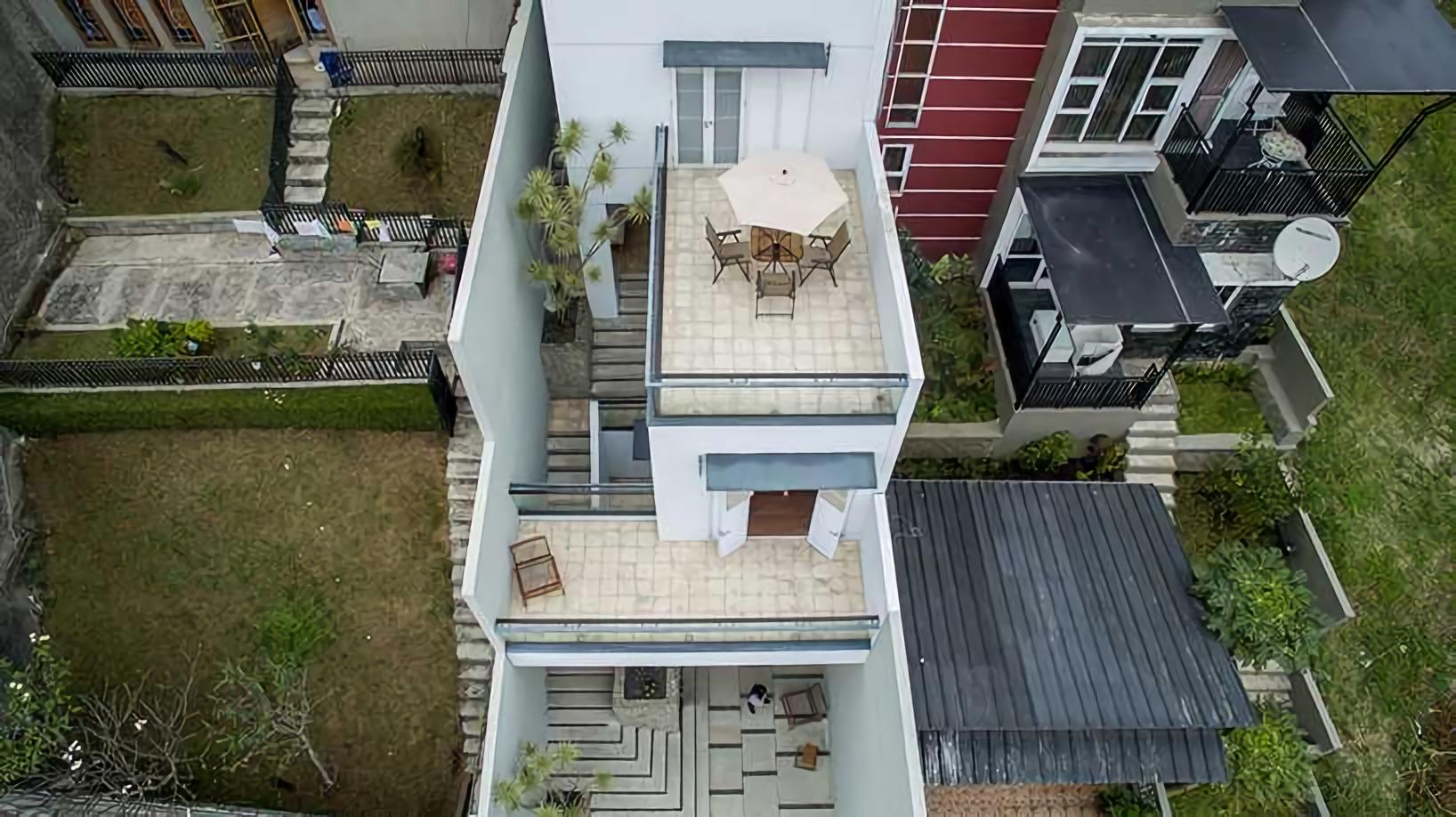 Tangga sebagai akses utama rumah minimalis di lereng bukit (Sumber: arsitag.com)