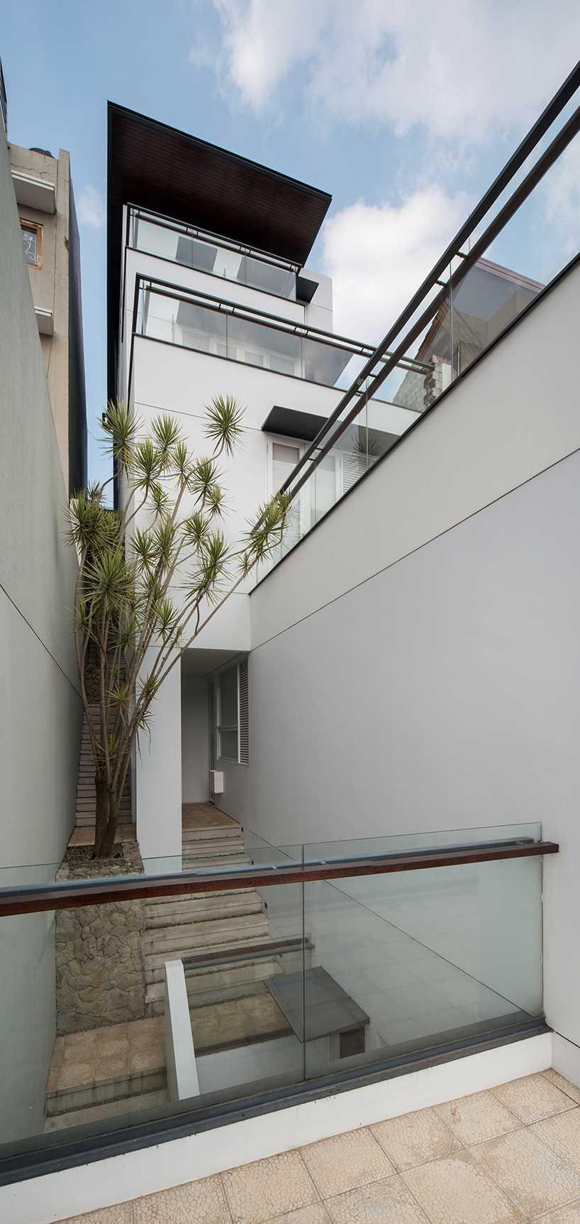 Akses antar massa bangunan berupa lorong-lorong tangga selebar 90 cm dengan sirkulasi yang baik agar perjalanan antar massa terasa lebih nyaman. Lorong tangga juga menjadi suplai udara dan pencahayaan alami untuk bangunan yang berhimpit dengan tetangga.